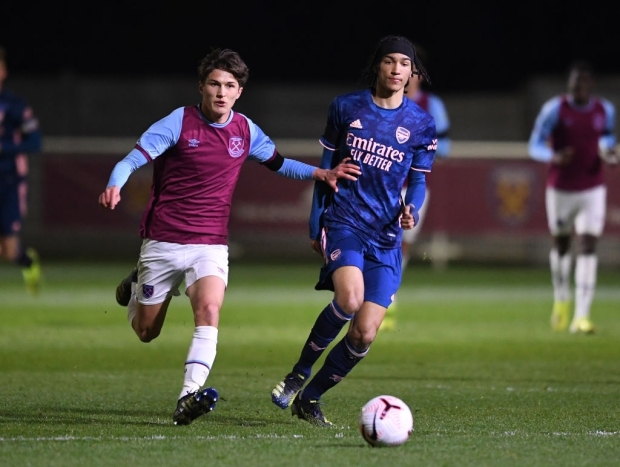ROMFORD, ENGLAND - APRIL 16: Kido Taylor -Hart of Arsenal passes the ball under pressure from Freddie Potts of West Ham during the FA Youth Cup match between West Ham United U18 and Arsenal U18 at Rush Green on April 16, 2021 in Romford, England. (Photo by David Price/Arsenal FC via Getty Images)