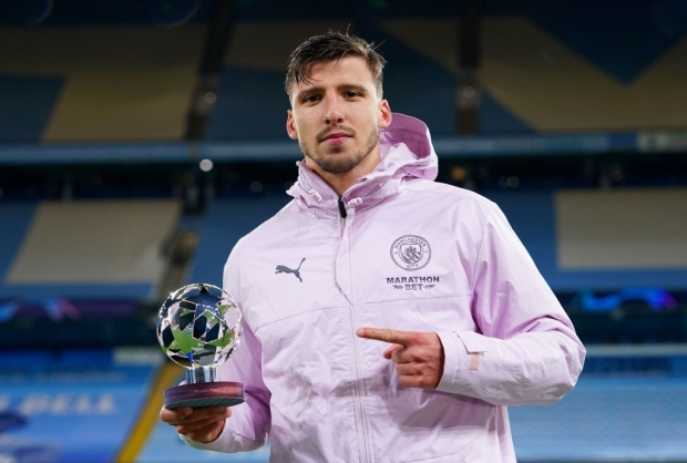 MANCHESTER, ENGLAND - MAY 04: Ruben Dias of Manchester City poses for a photo with the UEFA Player of the match award after the UEFA Champions League Semi Final Second Leg match between Manchester City and Paris Saint-Germain at Etihad Stadium on May 04, 2021 in Manchester, England. Sporting stadiums around the UK remain under strict restrictions due to the Coronavirus Pandemic as Government social distancing laws prohibit fans inside venues resulting in games being played behind closed doors. (Photo by Matt McNulty - Manchester City/Manchester City FC via Getty Images)